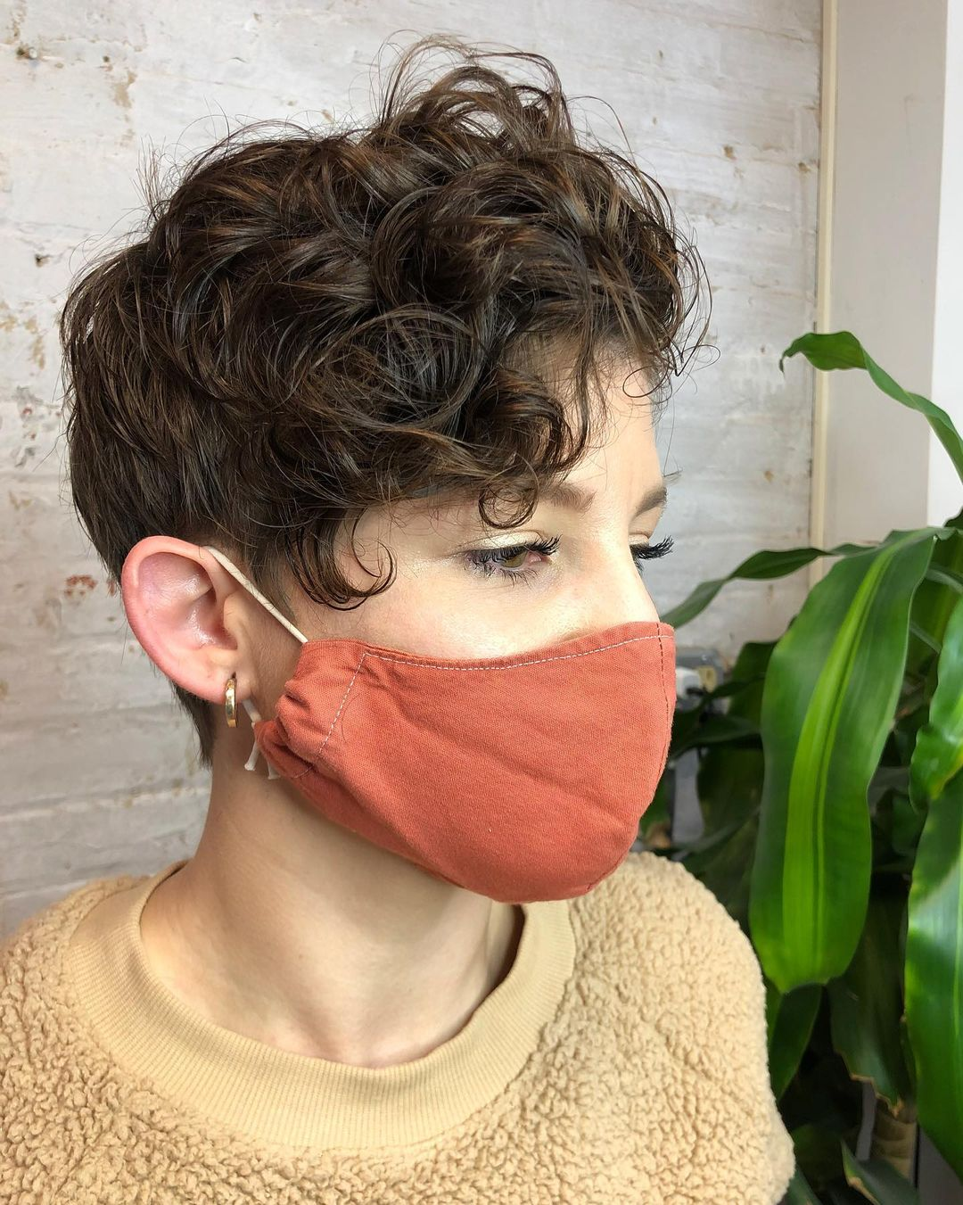 trendy curly short hairstyle looks for free spirits 32
